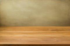 Leerer Holztisch über Schmutzhintergrund. Lizenzfreies Stockfoto