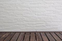 Leerer Holztisch über weißer Backsteinmauer, Weinlese, Hintergrund, Schablone, Anzeige stockfotografie
