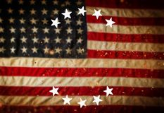 Leerer Holztisch über Weinlese USA-Flaggenhintergrund Stockbild