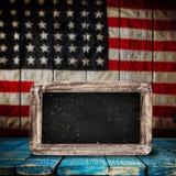 Leerer Holztisch über Weinlese USA-Flaggenhintergrund Lizenzfreies Stockbild