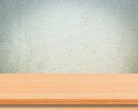 Leerer Holztisch über Zementwandhintergrund, Produktanzeigenmontage Lizenzfreie Stockbilder