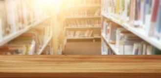 Leerer Holztisch in der Bibliothek Ausbildung und Lernkonzept stockbilder
