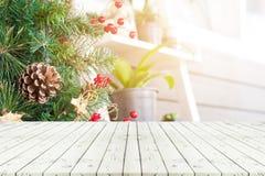 Leerer Holztisch der Perspektive in vorderem ofchristmas Baum und blau lizenzfreie stockfotografie