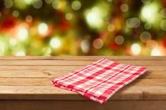 Leerer Holztisch des Weihnachtshintergrundes mit Tischdecke für Produktmontageanzeige Stockfotografie