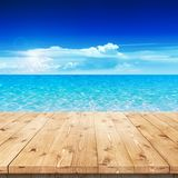 Leerer Holztisch in einer Sonne für Produktplatzierung Stockbild