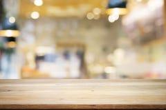 Leerer Holztisch für anwesendes Produkt auf Kaffeestube oder weichem Dr. lizenzfreie stockfotografie