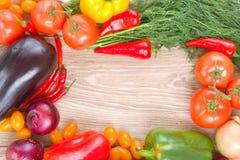 Leerer Holztisch mit buntem Gemüse Stockfotografie