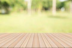 Leerer Holztisch mit natürlichem Hintergrund Lizenzfreies Stockbild