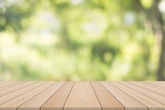 Leerer Holztisch mit natürlichem Hintergrund Lizenzfreies Stockfoto