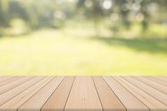 Leerer Holztisch mit natürlichem Hintergrund Stockfotos