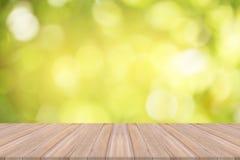 Leerer Holztisch mit natürlichem Hintergrund Stockfoto