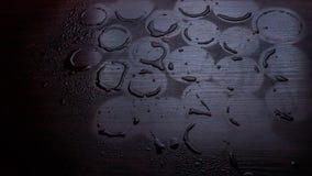 Leerer Holztisch mit Wasser lässt Herbst unscharfen Regen fallen Stockfotos