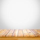 Leerer Holztisch mit weißem grauem Steigungswandhintergrund Stockbilder