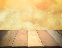 Leerer Holztisch vor bokeh beleuchtet Hintergrund Stockfotografie