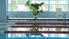 Leerer HotelSwimmingpoolinnenraum stock video