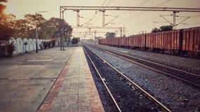 Leerer indischer Bahnhof während Sonnenuntergangwaren trainsunset goodstrain lizenzfreie stockfotos