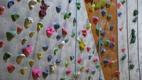 Leerer Innenkletterwand in einer bouldering kletternden Mitte stock video footage