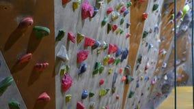 Leerer Innenkletterwand in einer bouldering kletternden Mitte stock footage