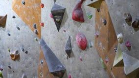 Leerer Innenkletterwand in einer bouldering kletternden Mitte stock video