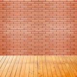 Leerer Innenraum mit Backsteinmauerhintergrund Lizenzfreie Stockfotos