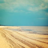 Leerer Jurmala-Strand aus Jahreszeit heraus - Weinlesefoto Frühlingsmeerblick - Retro- Filter Lizenzfreie Stockbilder