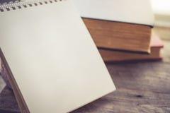 Leerer Kalender mit dem Buch auf hölzernem Hintergrund in der Weinlese-Tonne Stockfotografie