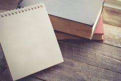 Leerer Kalender mit dem Buch auf hölzernem Hintergrund in der Weinlese-Tonne Lizenzfreie Stockbilder