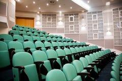 Leerer Konferenzsaal, Reihen von Stühle Lizenzfreies Stockfoto