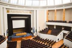 Leerer Konferenzsaal vorbereitet für Gipfelgäste mit Europäischer Gemeinschaft und NATO-Flaggen Geräumiges Auditorium mit Reihen  stockbilder