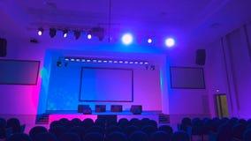 Leerer Konzertsaal, der viel Berufsstadiumslichttechnische ausrüstung einsetzt Mehrfarbige Leuchten stock video