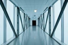 Leerer langer Korridor im modernen Gebäude lizenzfreie stockfotos