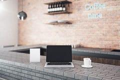 Leerer Laptop im Café Lizenzfreies Stockbild