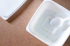 Leerer Lebensmittelbehälter auf hölzernem Hintergrund Beschneidungspfad eingeschlossen Stockfotografie