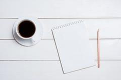 Leerer leerer Notizblock mit Kaffee auf Tabelle lizenzfreie stockfotografie