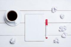 Leerer leerer Notizblock mit Kaffee auf Tabelle stockfotos