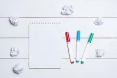 Leerer leerer Notizblock mit Markierungen auf Tabelle stockbild