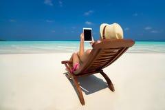 Leerer leerer Tablet-Computer in den Händen von Frauen auf dem Strand Stockfotos