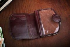 Leerer männlicher Geldbeutel im Freien auf einem hölzernen Hintergrund Lizenzfreie Stockbilder