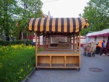 Leerer Marktplatz mit einer Reinigungsarbeitskraft, die leere Kästen säubert lizenzfreie stockbilder