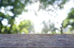 Leerer Marmorstein Tabelle vor abstraktem unscharfem Grün des Gartens und der Bäume Hintergrund Für Montageproduktanzeige oder -D lizenzfreies stockfoto