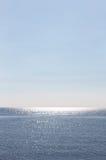 Leerer Meerblick, mit Reflexionen über dem Wasser Lizenzfreie Stockfotos