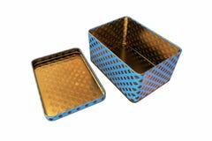 Leerer Metallkasten mit dem Deckel, lokalisiert auf weißem Hintergrund, Wiedergabe 3D Stockfoto