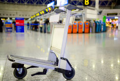Leerer Metallwarenkorb für das Gepäck, das am Flughafen steht Stockfoto