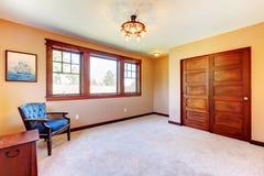 Leerer netter Schlafzimmerraum mit Holz Stockfotografie