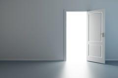 Leerer neuer Raum mit geöffneter Tür Stockbild