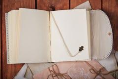 Leerer Notizblock auf einer Holzoberfläche Weinlesesatz Gegenstand Lizenzfreie Stockfotografie