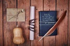 Leerer Notizblock auf einer Holzoberfläche Weinlesesatz Gegenstand Stockfotos