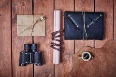 Leerer Notizblock auf einer Holzoberfläche Weinlesesatz Gegenstand Lizenzfreies Stockfoto