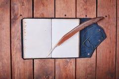 Leerer Notizblock auf einer Holzoberfläche Weinlesesatz Gegenstand Stockfotografie