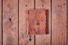 Leerer Notizblock auf einer Holzoberfläche Weinlesesatz Gegenstand Lizenzfreie Stockfotos